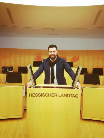 Foto von Taylan Burcu am Redepult des Hessischen Landtags